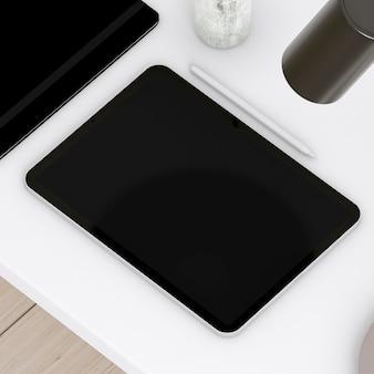 Tablet pod wysokim kątem na stole