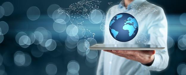Tablet ręka człowieka z globusem na ekranie