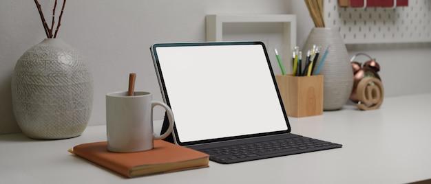 Tablet z bezprzewodową klawiaturą na nowoczesnym biurku domowym z miejsca kopiowania, materiałów eksploatacyjnych i dekoracji
