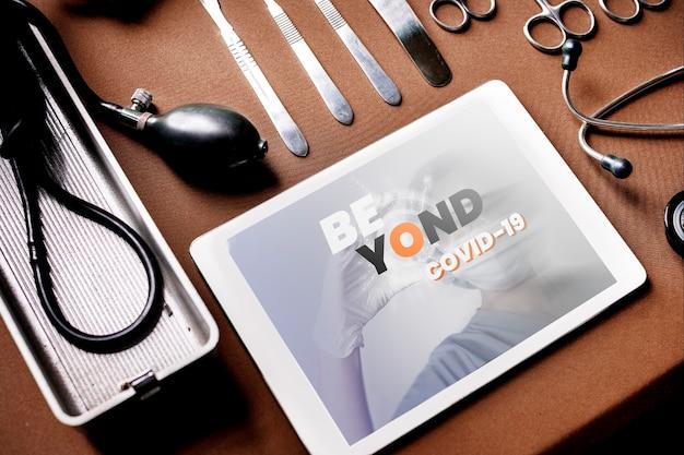 Tablet z narzędziami medycznymi na stole