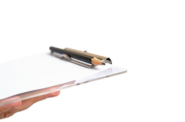 Tablet z papierem i ołówkiem pod ręką na białym tle