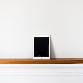 Tablet z pustego ekranu na drewno