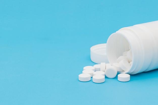 Tabletka paracetamol medyczny na niebieskim tle