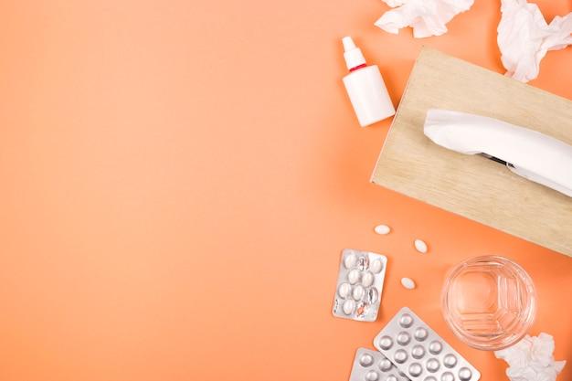Tabletki, aerozol do nosa i chusteczki - leczenie alergii lub grypy.