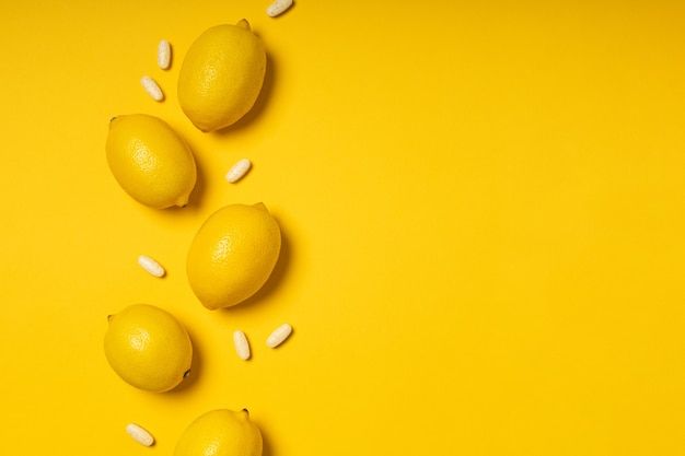Tabletki i owoce witaminy c.