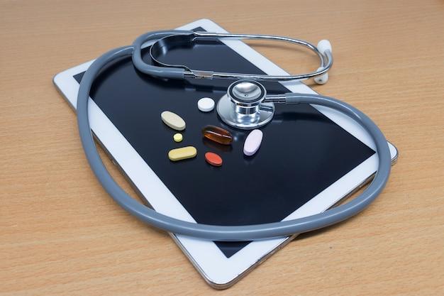 Tabletki i stetoskopy na stole