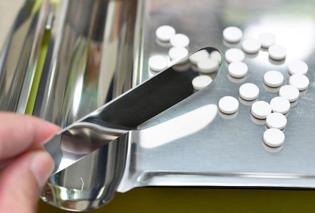 Tabletki leku na blaszce liczącej ze szpatułką w aptece