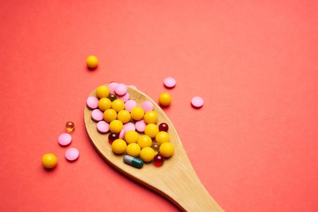 Tabletki łyżki wielokolorowe leczenie medycyna farmakologia