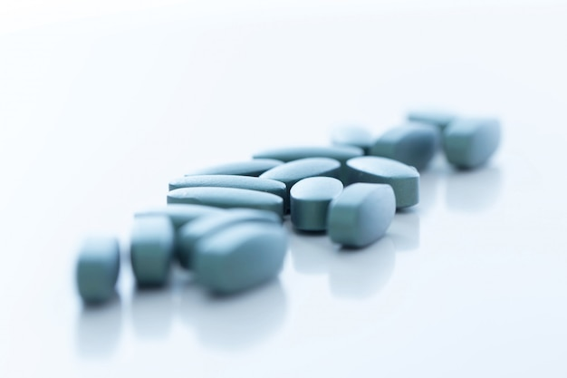 Tabletki na białej powierzchni
