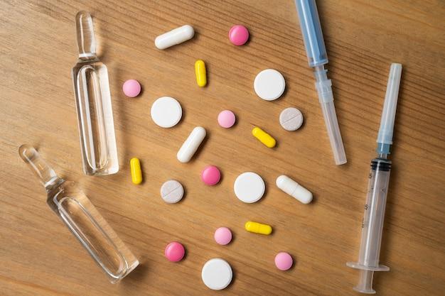 Tabletki o wielu kształtach i kolorach zgrupowane razem.