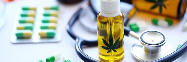 Tabletki oleju stetoskop marihuany są na stole