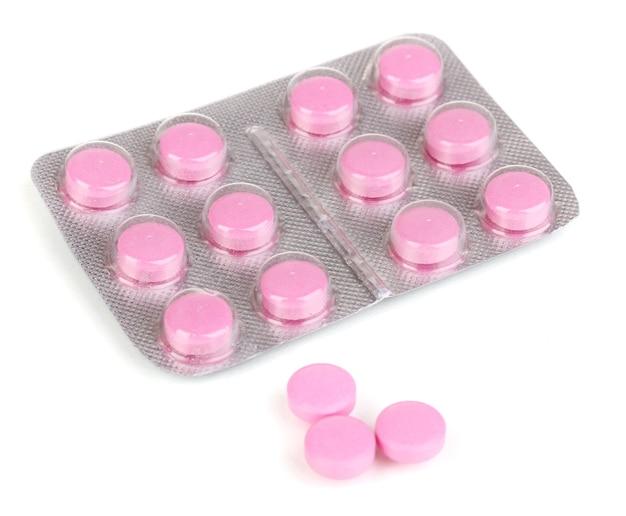 Tabletki pakowane w blistrze na białym tle