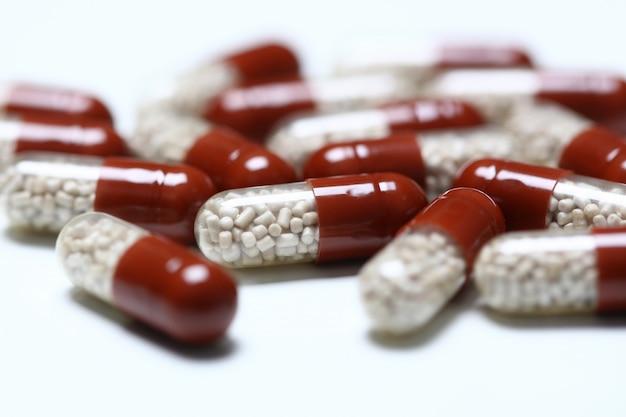 Tabletki rozrzucone na stole