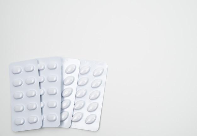 Tabletki statyn w tabletkach w białym blistrze do pakowania odpornego na światło