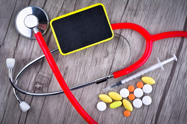 Tabletki, strzykawka i stetoskop