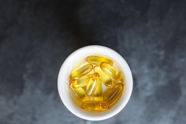 Tabletki z tłuszczu rybnego kapsułki witaminy omega 3 lub kwas hialuronowy suplement diety do kosmetyków