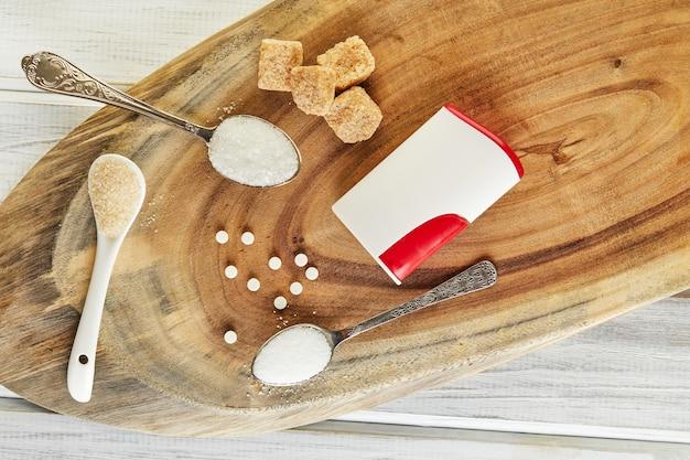 Tabletki zastępujące cukier i naturalny słodzik w proszku oraz cukier brązowy, biały i pokrojony w kostkę