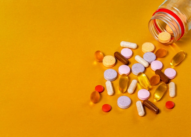 Tabletki ze słoika, zbliżenia witamin z różnych grup, takich jak witaminy a, b, c, e, d, luteina + jagody, beta-karatyna + rokitnik, olej z tymianku czarnego, zebrane, omega 3.