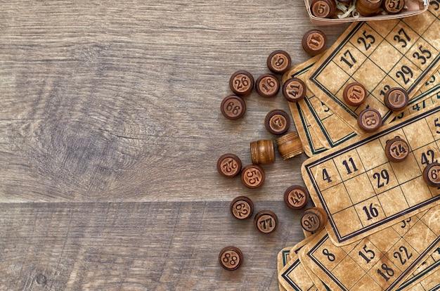 Tabletop lotto z drewnianymi beczkami i starymi kartami. bawić się w domu z przyjaciółmi