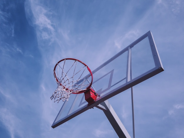 Tablica do koszykówki na tle nieba
