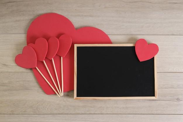 Tablica i serca na podłoże drewniane