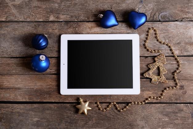 Tablica i świąteczny wystrój na drewnianym stole