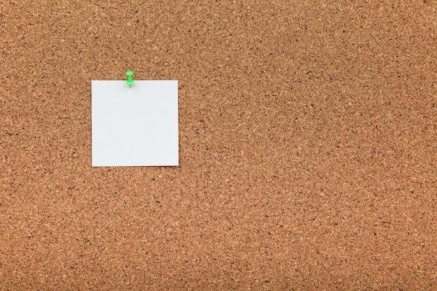 Tablica korkowa z białą pustą notatką papieru
