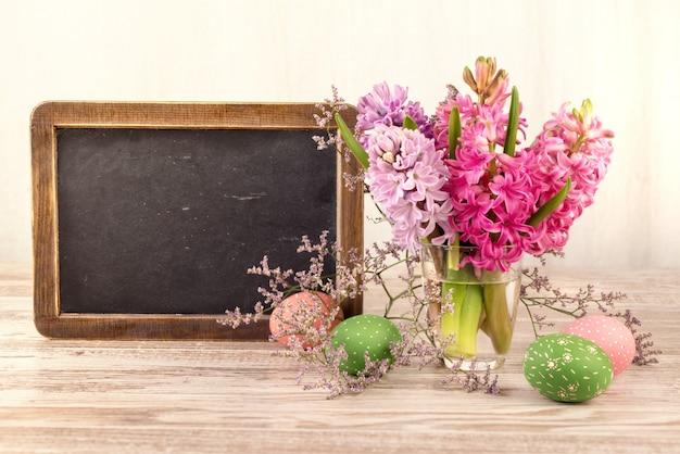 Tablica kredowa i bukiet kwiatów hiacyntu, miejsca na tekst