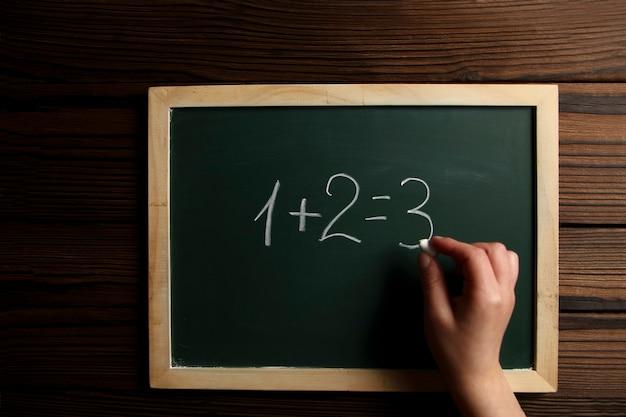 Tablica kredowa zielona szkoła badania ręka dziecka
