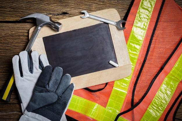 Tablica łupkowa, odzież ochronna i narzędzie ręczne