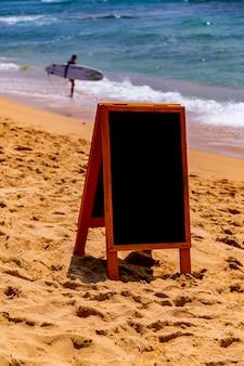 Tablica na piaszczystej plaży nad oceanem