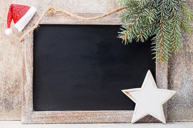 Tablica świąteczna z dekoracją. santa hat, gwiazdy, drewniane tła. vintage w stylu rustykalnym.