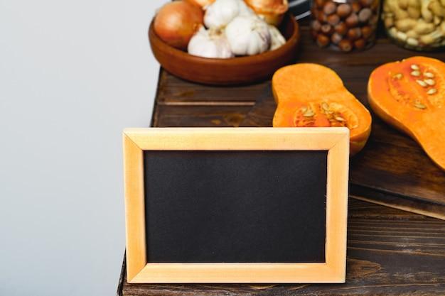 Tablica w drewnianej ramie z jesień sezonowymi warzywami