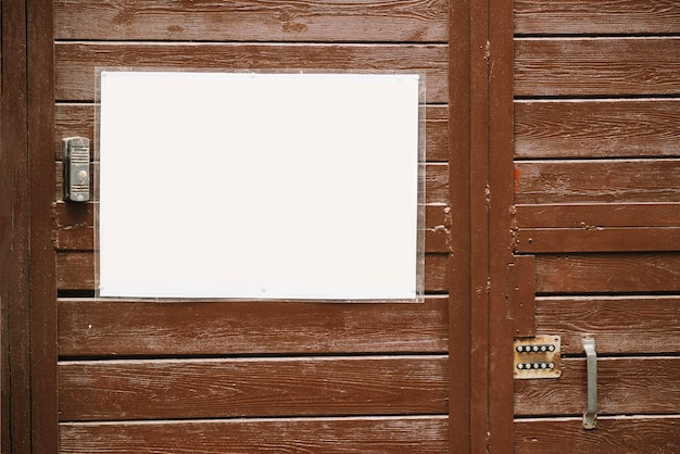 Tablica w pobliżu drzwi