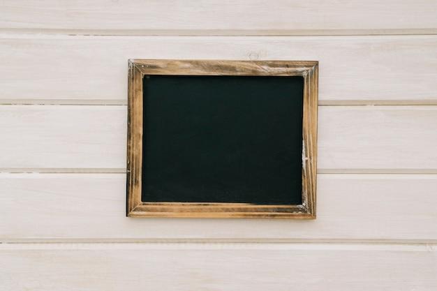 Tablica z drewnianą ramką