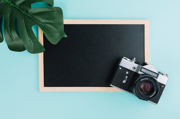 Tablica z kamerą i liść