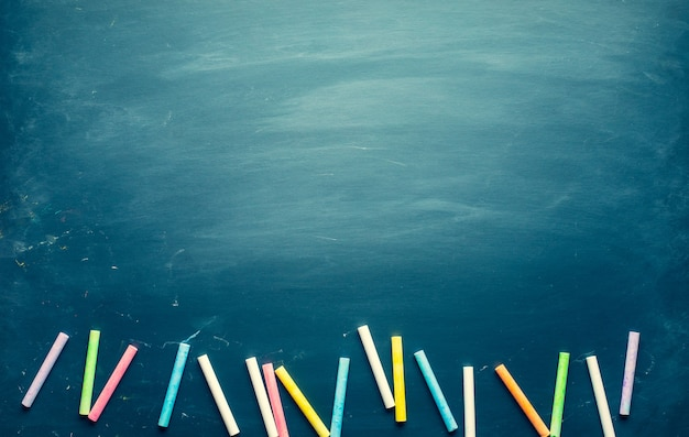 Tablica z kolorową kredą i kopia przestrzeń w tle. materiał do projektowania.