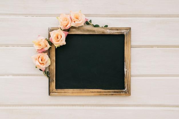 Tablica z kwiatowymi ozdobami