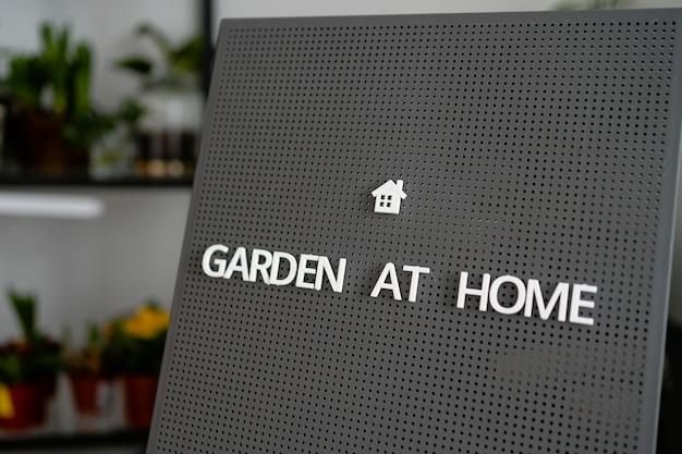 Tablica z wiadomością ogród w domu