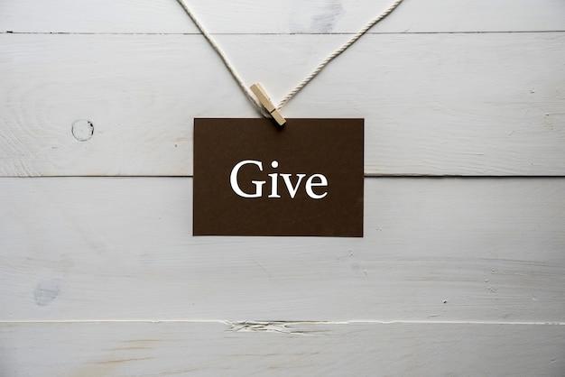 Tabliczka przymocowana do liny z napisem give