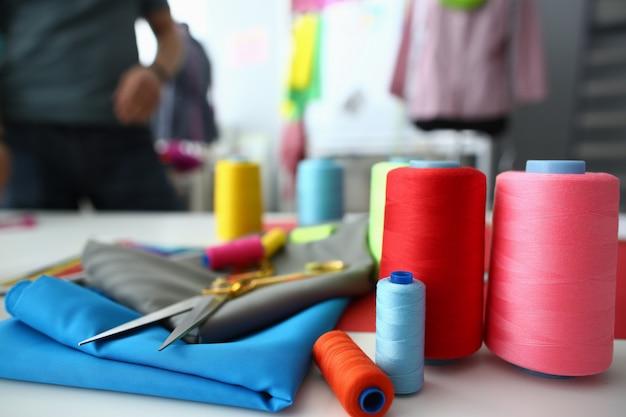 Taborety z kolorowych nici i tkanin w krawieckim shp