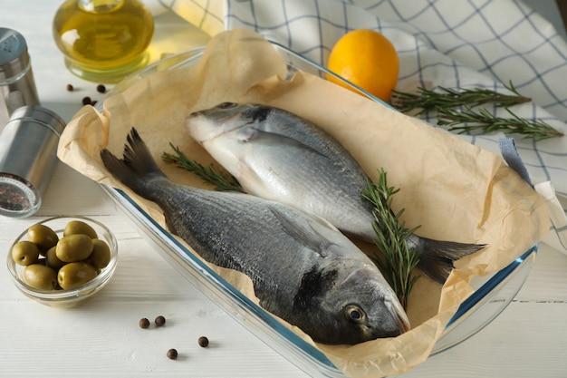 Taca do pieczenia z rybami dorado i dodatkami do gotowania na drewnie