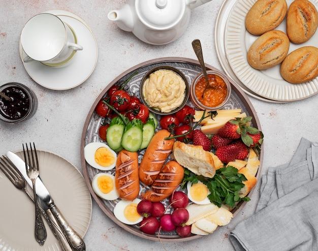 Taca śniadaniowa lub brunchowa z różnymi potrawami dla całej rodziny
