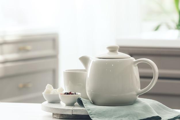 Taca z czajnikiem i filiżanką na stole