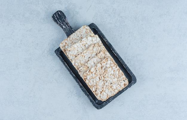 Taca z dmuchanymi ciastkami ryżowymi na marmurze.