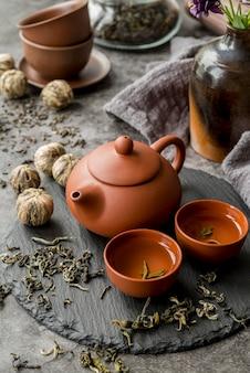 Taca z dzbankiem do herbaty i filiżankami na biurku