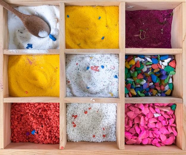 Taca z kolorowego drobnego kamienia do tworzenia pięknej doniczki.
