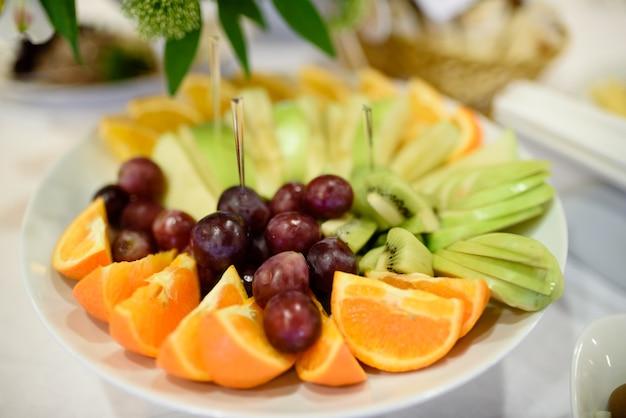 Taca z owocami na stole