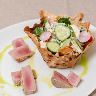 Taca z pysznymi plasterkami salami z posiekanej sałatki z kiełbasą szynki