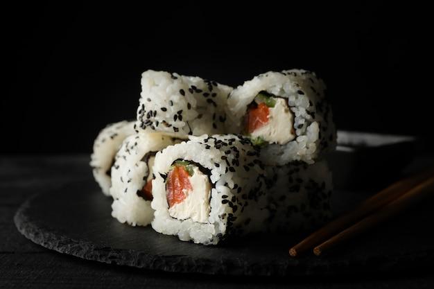 Taca z pysznymi rolkami sushi. japońskie jedzenie